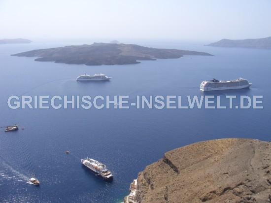 Kreuzfahrtschiffe unterhalb Thira
